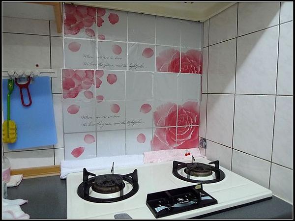 經過一小時後,將將...貼上廚房專用壁貼,整個讚.jpg