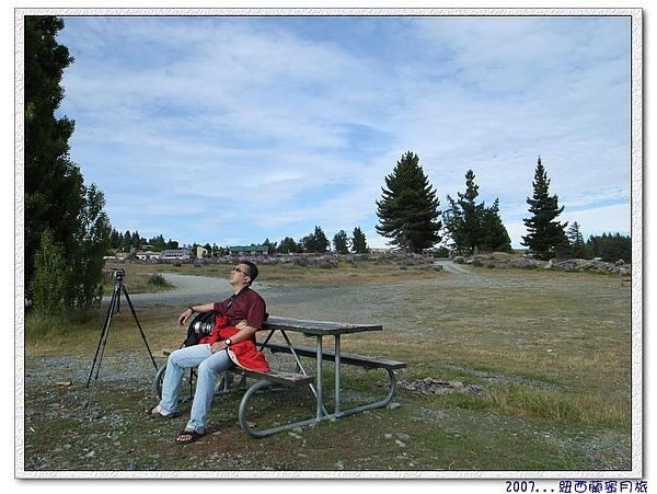蒂卡波湖-馬爺在這坐了快2小時....jpg