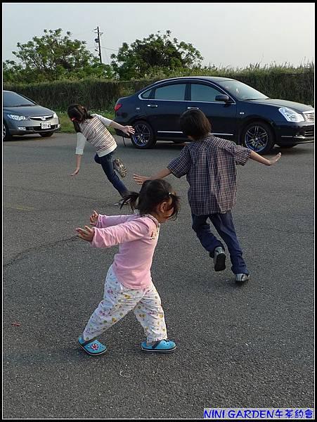 3個小朋友玩起飛機的遊戲.jpg