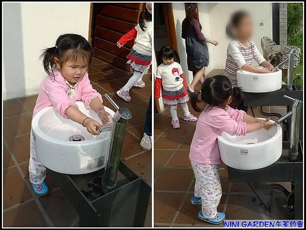 係滴,超愛玩水的妞。發現老闆貼心為小孩設計的洗手抬開始玩水ing....jpg