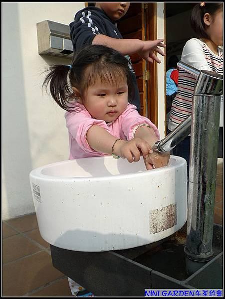 丫曼看見妞媽小時愛玩水的影子.jpg
