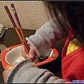 堅持要用筷子夾菜的妞.jpg