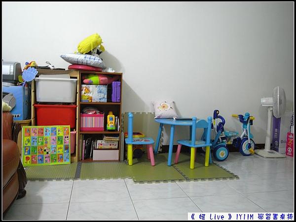 趁妞爸帶妞出去時...整理擦拭完畢...妞新的學習書桌椅,讓妞媽很滿意.jpg