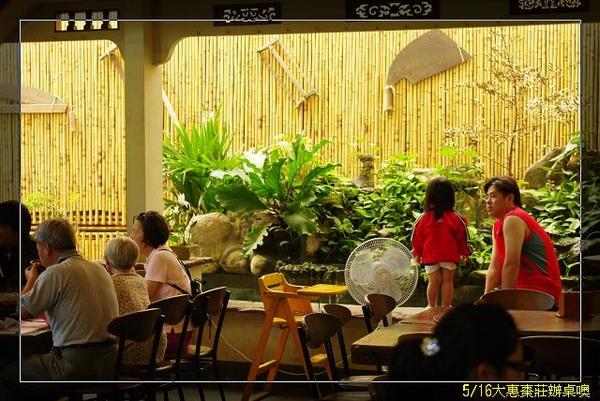 餐廳一景,YOYO露大腿啦.JPG