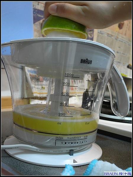 內建雙向自動旋轉馬達,採用自動感應裝置只要將柳橙壓向榨汁器上,就可自動旋轉榨汁,離開馬達自動停止,自動正轉反轉,榨汁更徹底.jpg