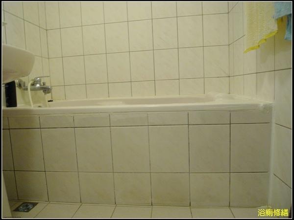 修繕前的浴廁.JPG