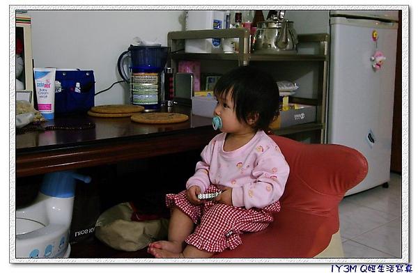 1Y3M會自己搬椅子坐好,看電視.jpg