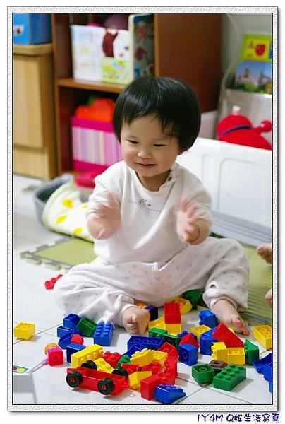 最近接觸積木玩具的妞,超開心的.jpg