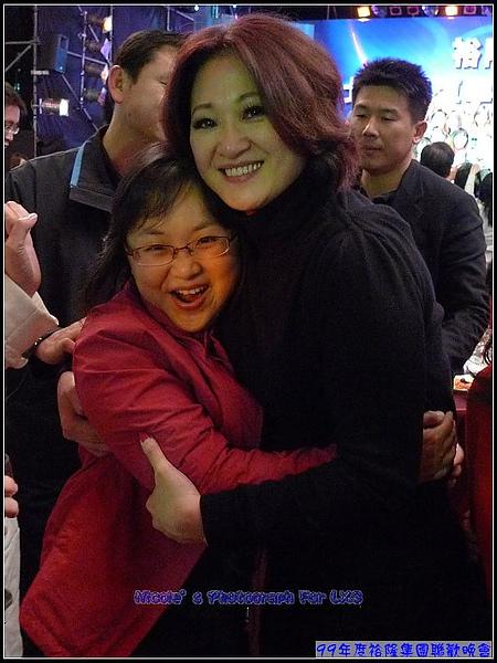 丫曼搶到頭一個,夫人給一個大擁抱,丫曼比中樂透還開心.jpg