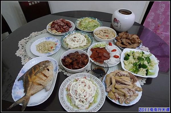 除夕夜的團圓桌...菜色豐富.jpg