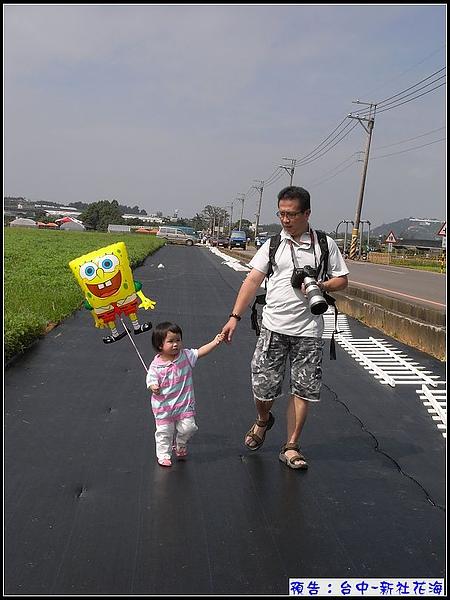 妞因為有丫寶作伴,才願意走這段燒燙燙的步道.jpg