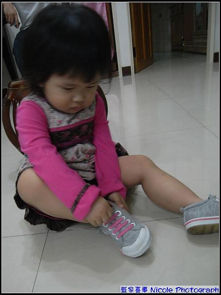 妞-妞也要來穿新鞋鞋.jpg