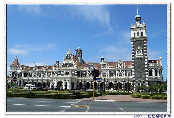 但尼丁-Dunedin Railway Station落成在1906年,今年剛好  100 年ㄛ,這張是剛好紅燈在路中間拍的完美傑作。.jpg