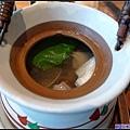 15 高湯熬的很好喝...但為什麼要裝在這裡,很不好拿咧.jpg