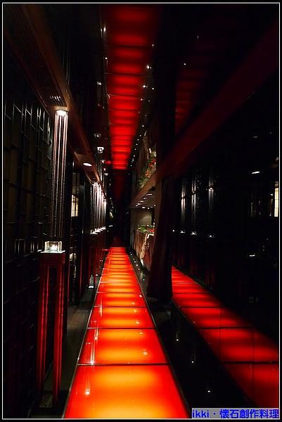 走廊紅的炫目.jpg