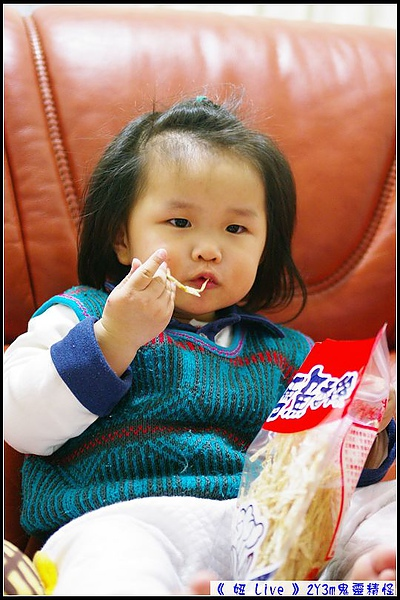 學大人拿著零食邊看寶寶邊吃.jpg