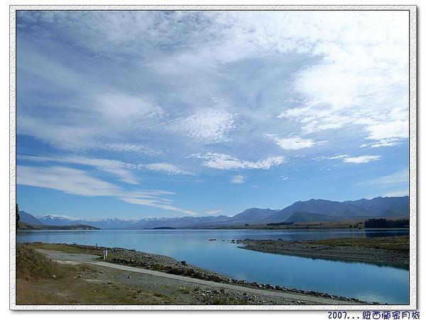 蒂卡波湖-延著湖邊慢走閒聊看風景.jpg