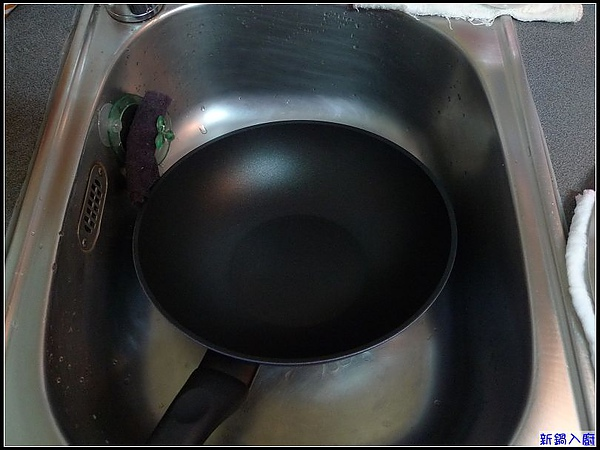 好感動~寬為28公分的義廚寶...竟然符合妞家的小廚房.jpg