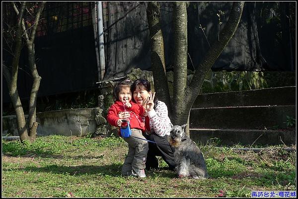 看到小咪狗狗,終於願意配合拍照.jpg