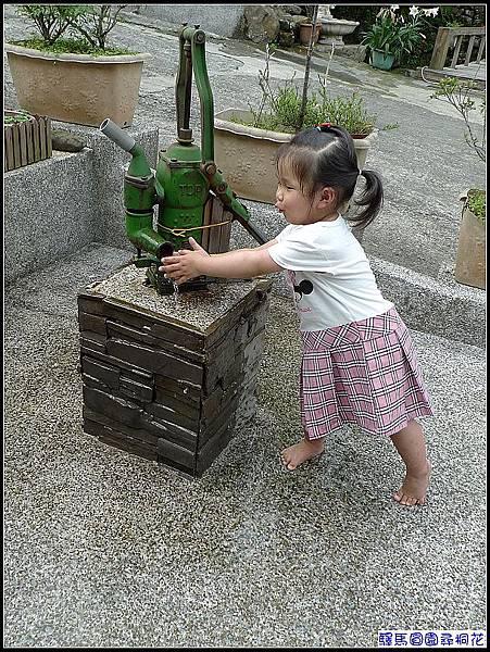 會自己打水的妞,玩水最開心~.jpg