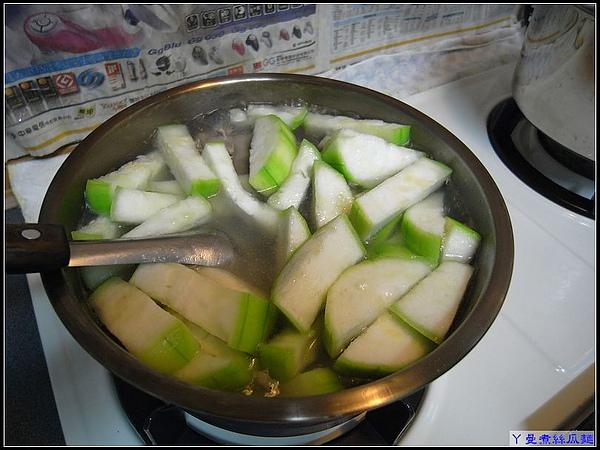 水滾後,先將排骨入湯,再等滾後,絲瓜就可放入鍋裡囉.jpg