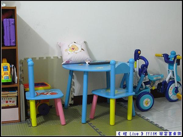 妞新的學習書桌椅,讓妞媽很滿意.jpg