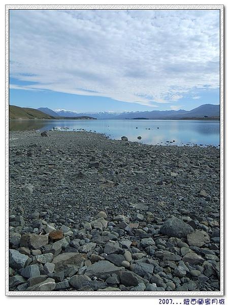 蒂卡波湖-回首來時路,繞湖一周,都是石子路.jpg