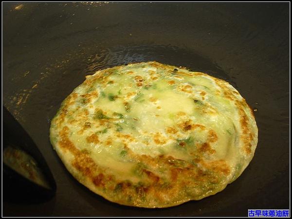 熟能生巧...熱鍋後的第二個蛋餅,有金黃色的fu.jpg