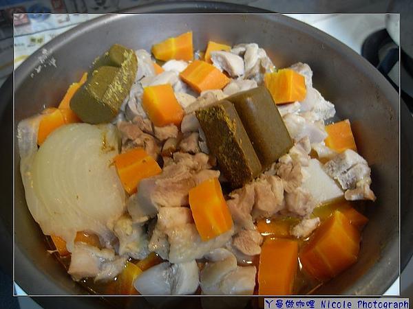 先放2塊,再度悶煮約半小時,記得加水蓋食材.jpg