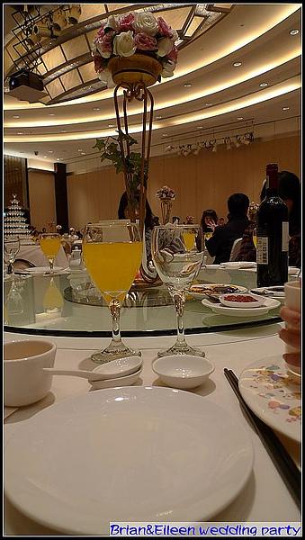 每個桌上都有鮮花擺飾.jpg