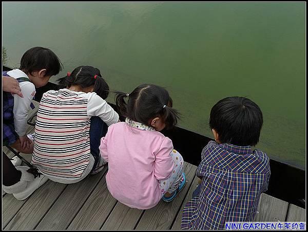 這群小朋友蹲在這裡看什麼.jpg