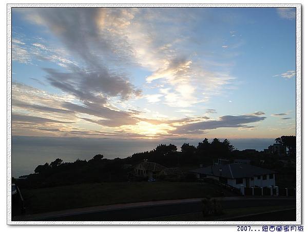 但尼丁-庭院前的日出景.jpg