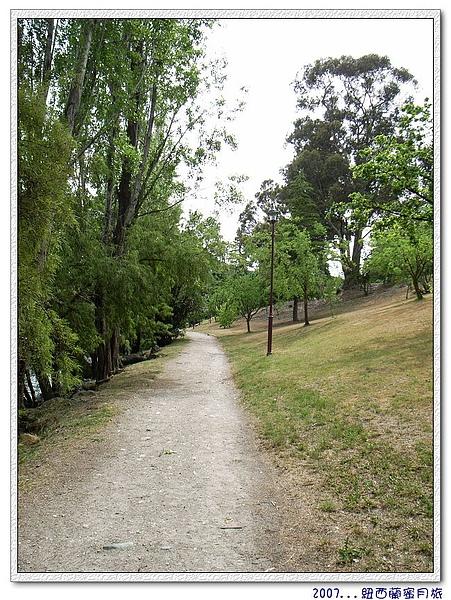 皇后鎮-徒步走在遊湖的道路上.jpg