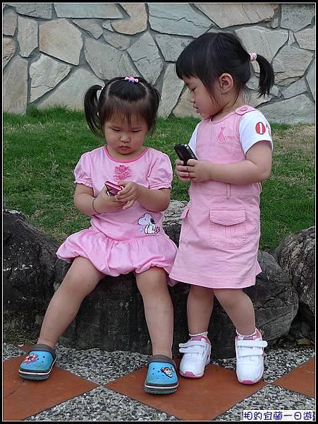 8.結論...卉卉會顧丫嬤的東西,讚!而我家的妞完全不在意妞媽的手機也在卉卉的手裡....jpg