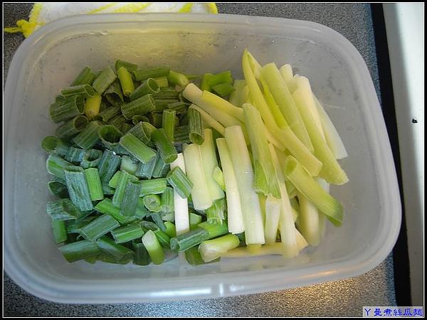 平時菜販送的蔥,洗淨細切冰凍備用著.jpg