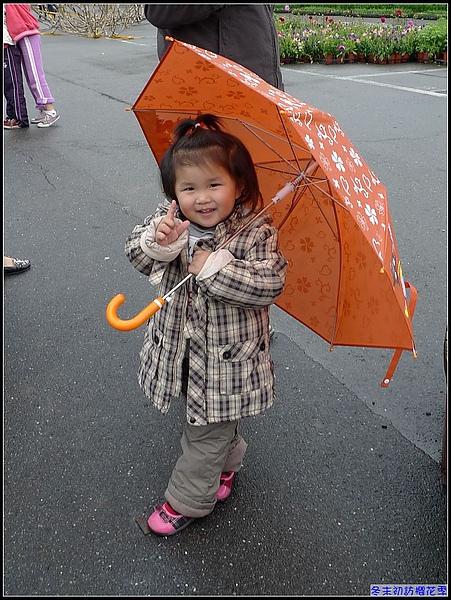 即使撐著小雨出去玩的妞也開心.jpg