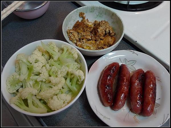上星期新炒鍋做的大餐:炒花椰菜、煎香腸、炒蛋.jpg