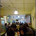 屬於狹長的店內...用餐時間總是擠滿客人.jpg
