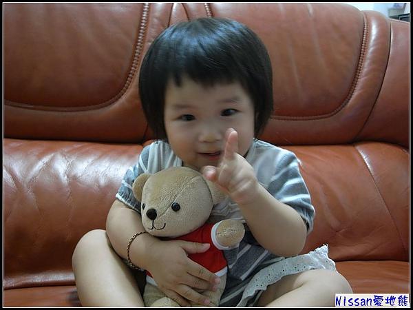 妞抱到熊,開心的模樣.jpg