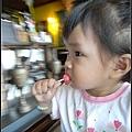 妞吃著老闆娘送的草莓棒棒糖.jpg