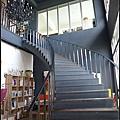 前往二樓用餐的樓梯.jpg