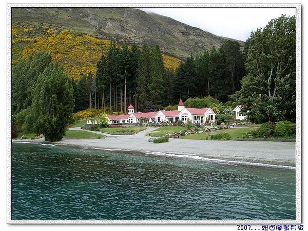 皇后鎮-瓦爾特峰高原牧場是由一棟紅頂白牆別墅、一座大花園,和一座牧場組成.jpg