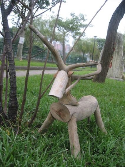 漂流木創作-小型鹿像2-靜候及聽覺警戒(網頁).jpg