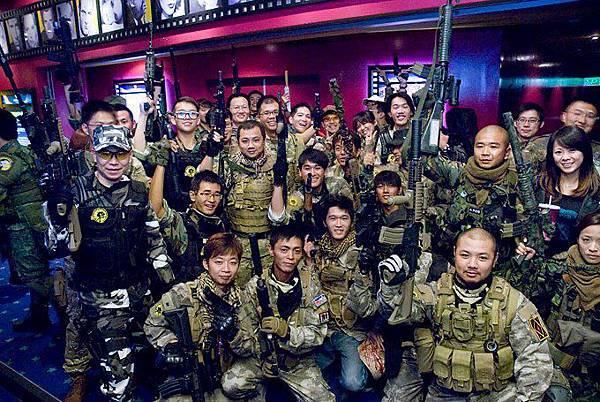 1028人人有槍打在台南威秀 帶槍看電影(有經申請).jpg