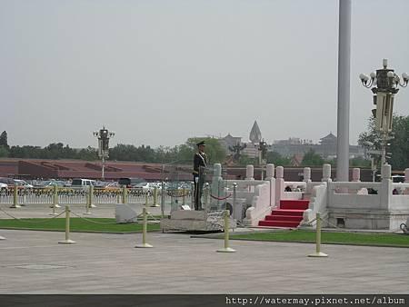 北京天安門廣場上站的很努力的公安