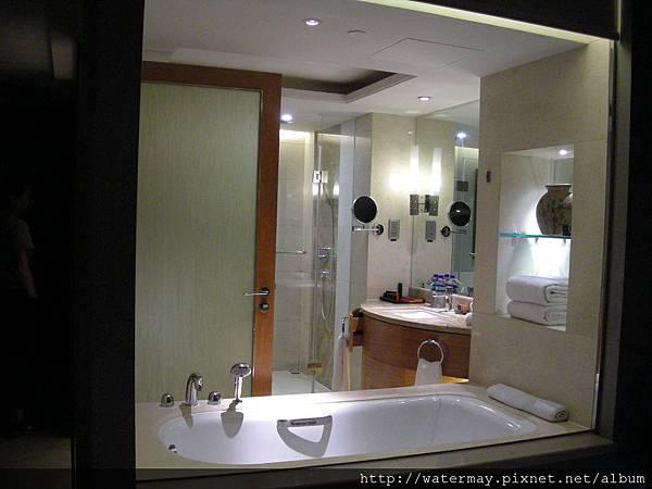 住了五天四夜飯店裡房間的浴室跟房間是透明玻璃