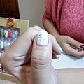 美甲師的手拇指