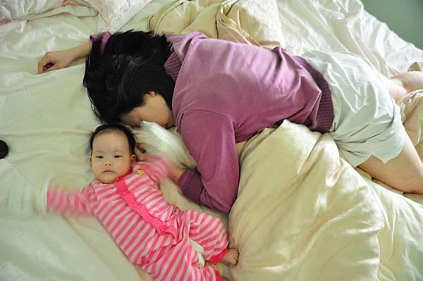 媽媽睡金頂電池瓜雙手還在揮動.JPG