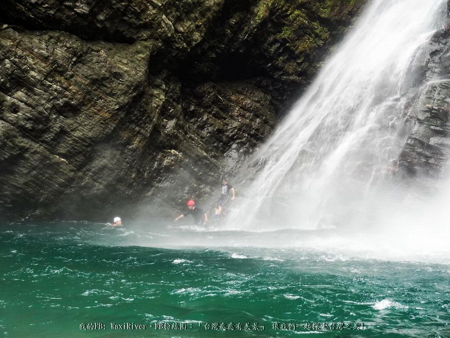 40 人物 澳花瀑布 跳水 大師兄 珠珠妹 我 準備攻瀑 與湧浪搏鬥