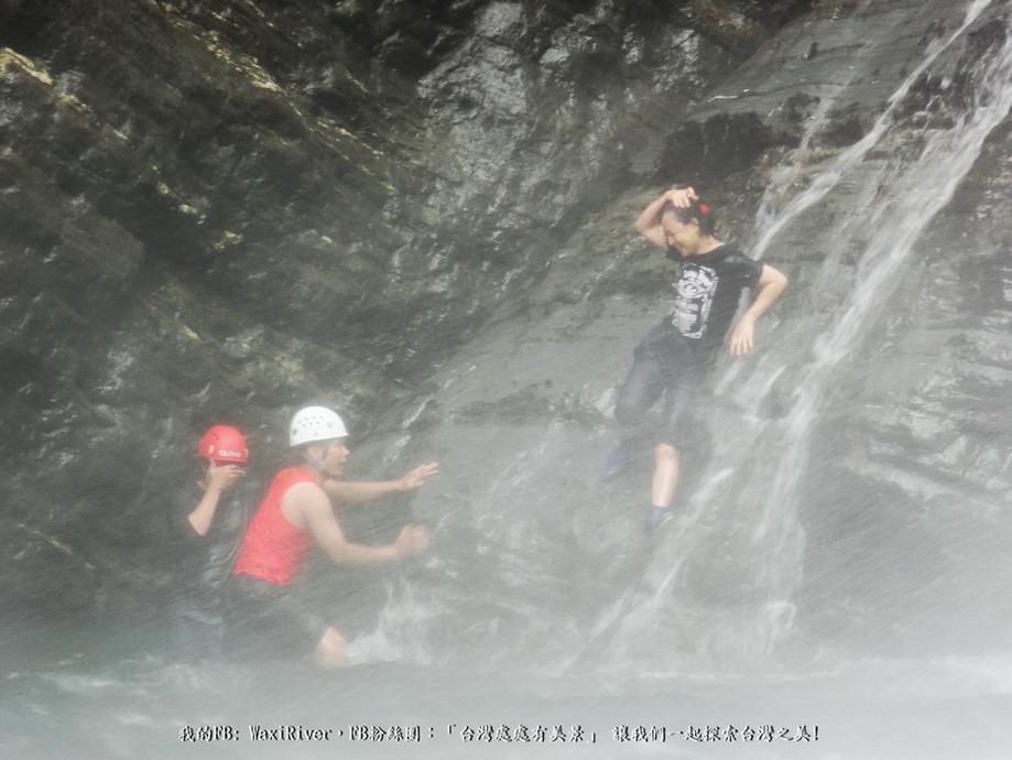 41 人物 澳花瀑布 跳水 大師兄 蜘蛛妹 我 準備爬上岩壁